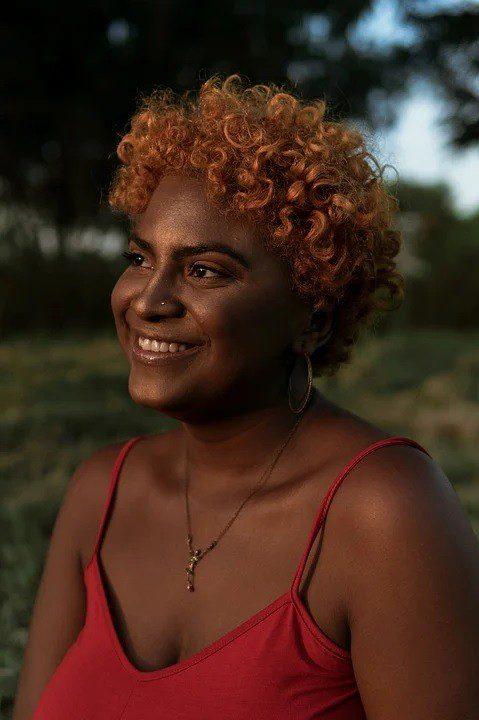 femme noire souriante